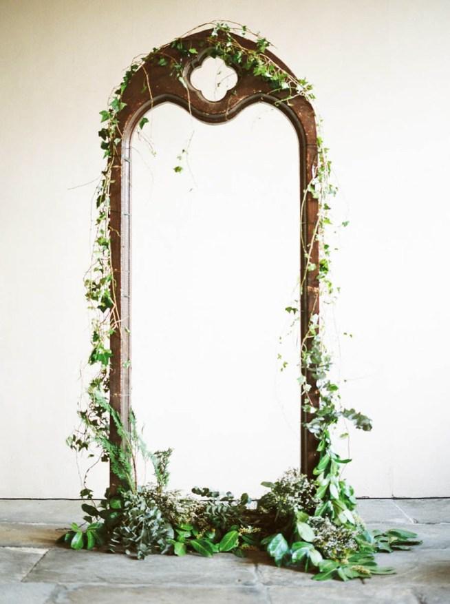 stor antik spegel dekorerad med grönt