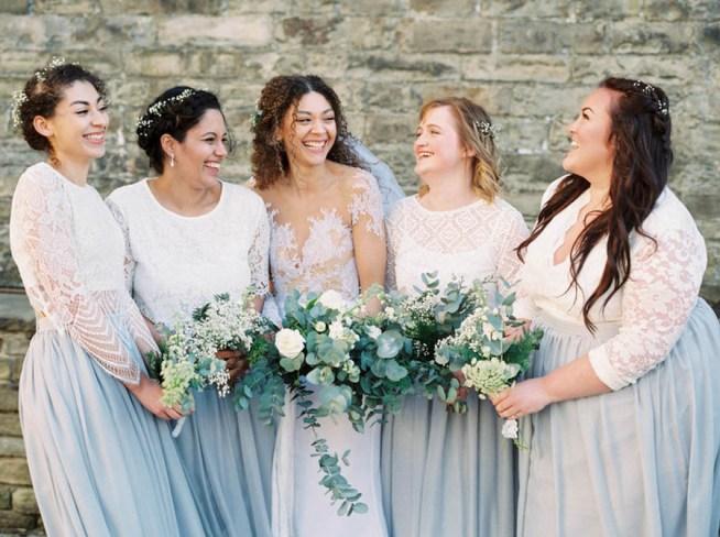 brudtärnor med olika klänningar