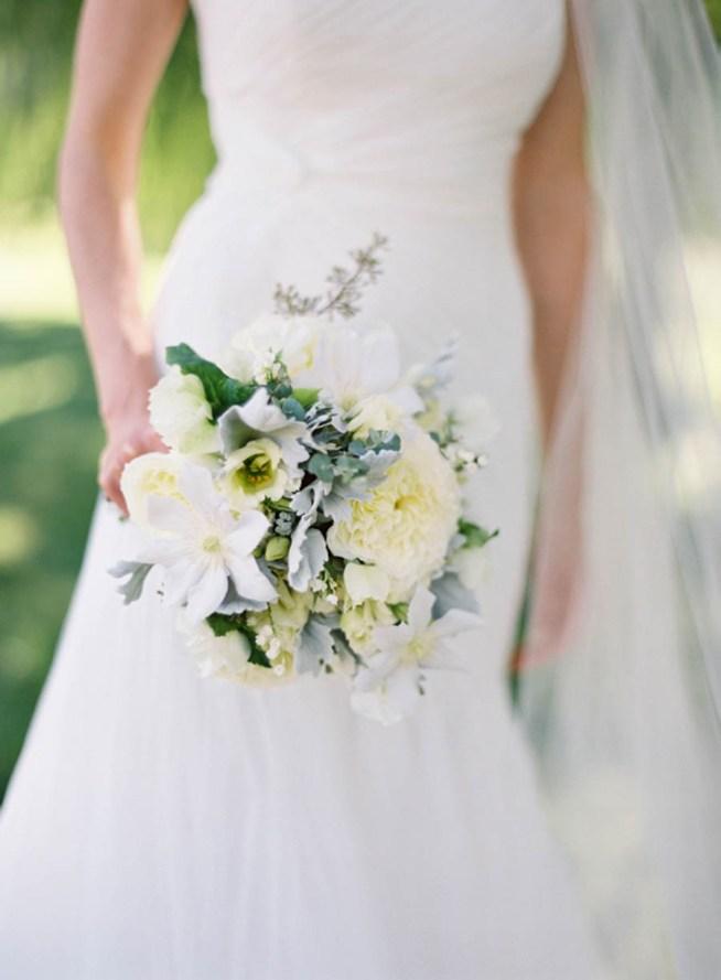 brudbukett med vita blommor