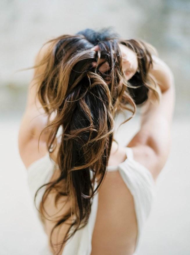 brudklänning med bar rygg och långt hår