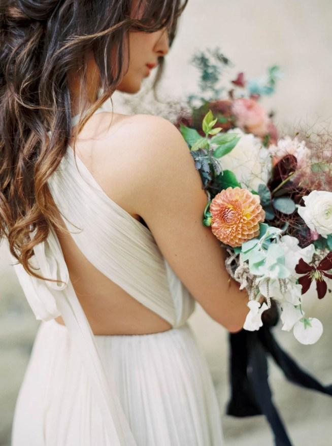 brudbukett med klematis och dahlior