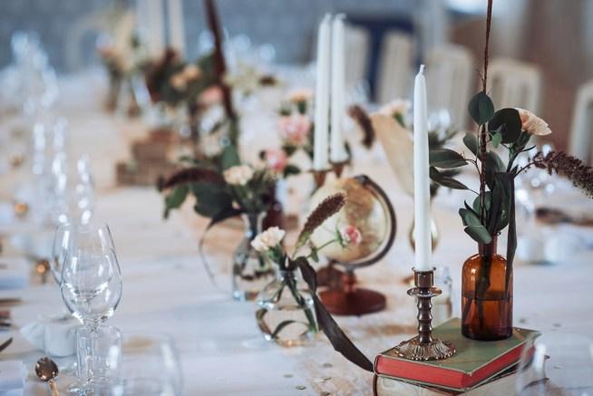 vintageinspirerad bröllopsdukning med antik rekvisita