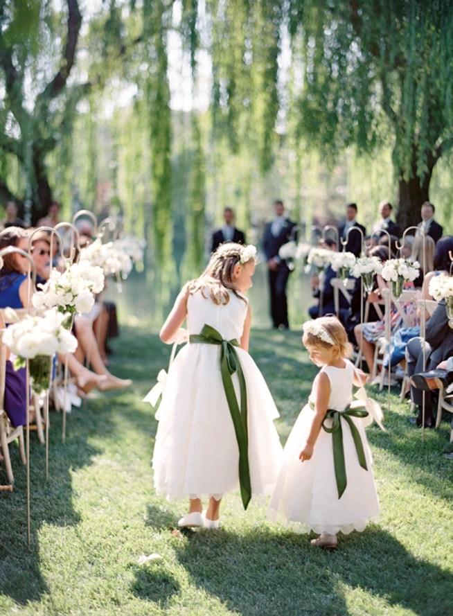 glada barn under bröllopsdagen