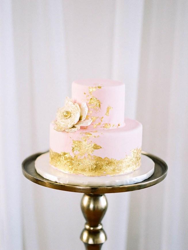 bröllopsinspiration ljusrosa bröllopstårta med bladguld