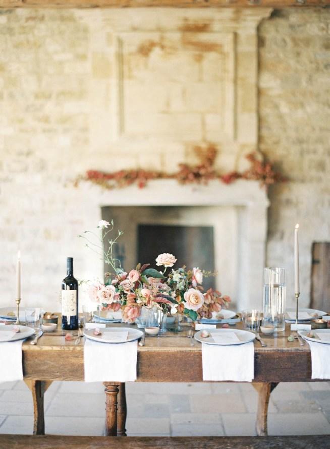 bröllopsdukning på rustikt bord