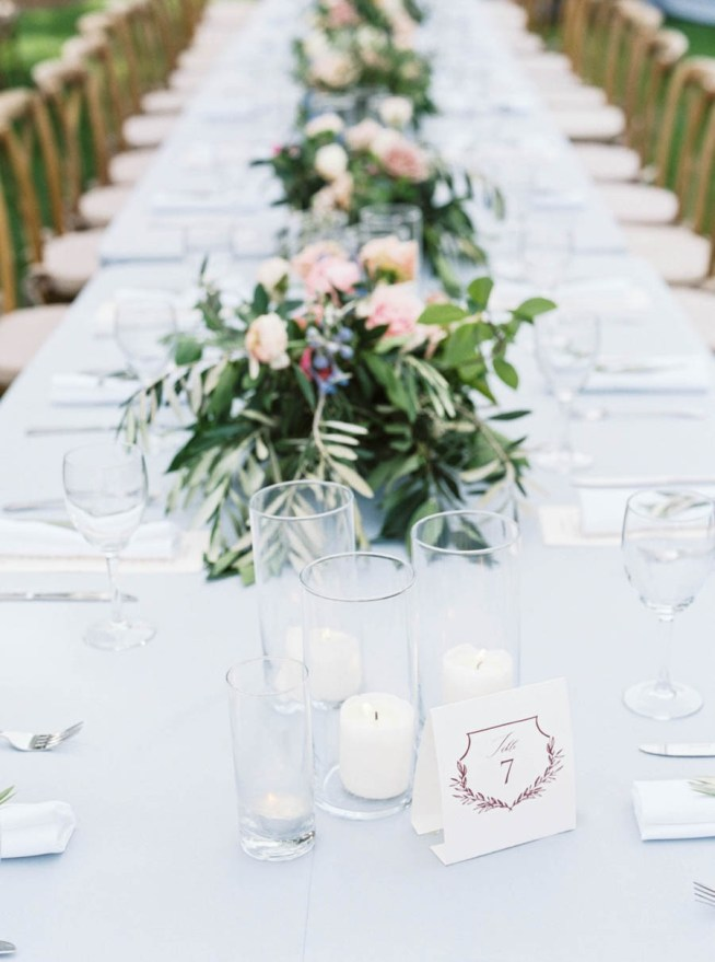 bröllopsdukning med ljus i glascylinder