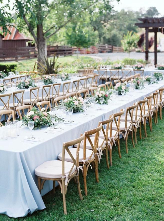 bröllopsmiddag utomhus med långbord
