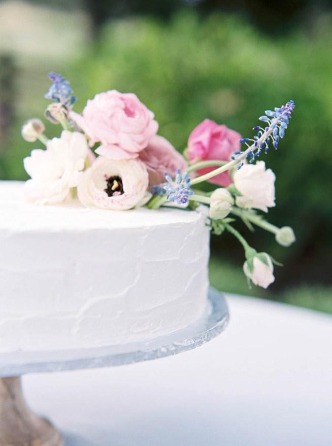 vit bröllopstårta dekorerad med färska blommor