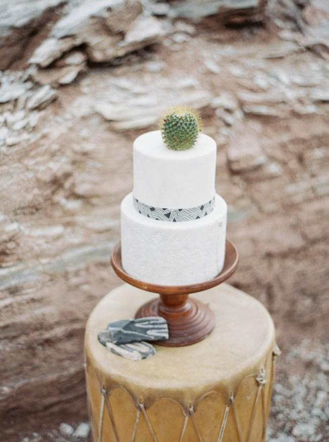 bröllopstårta dekorerad med en kaktus