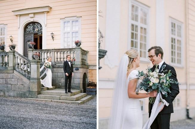 First look utanför slottet fotograferat av 2 Brides Photography