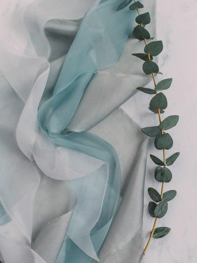 grågröna sidenband till brudbuketten
