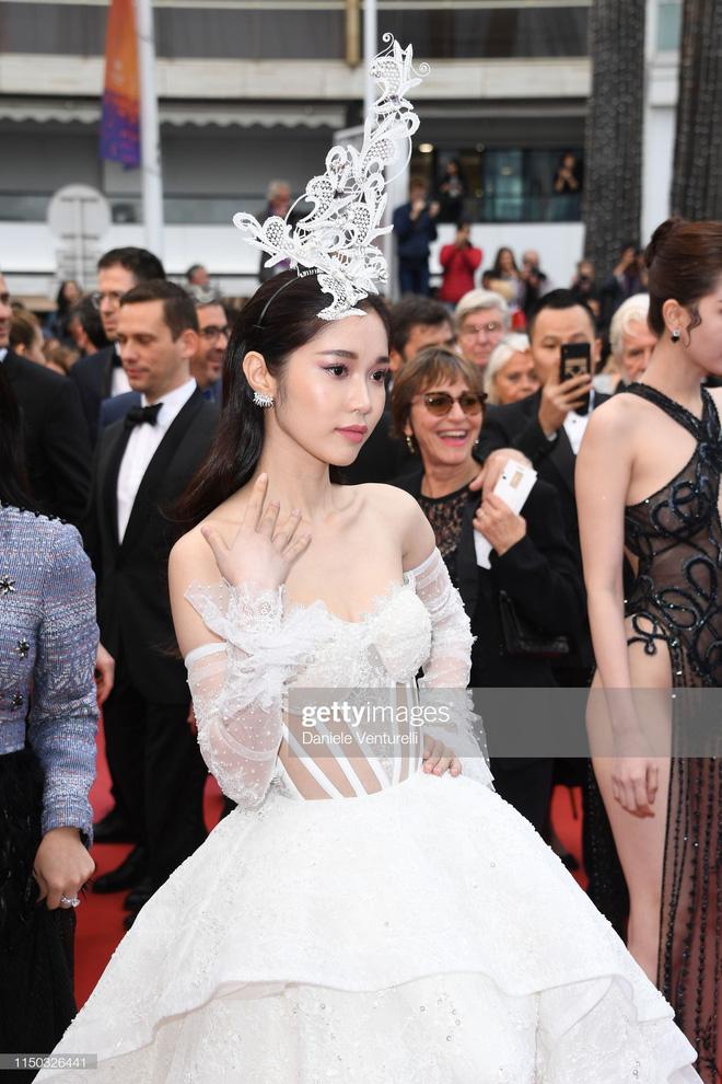 Thêm một 'gà cưng' Khắc Tiệp diện váy xuyên thấu trên thảm đỏ Cannes 4