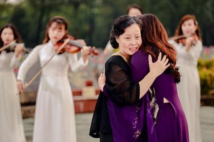NSƯT Tố Nga mang cả dàn nhạc giao hưởng ra nghĩa trang đường 9 thực hiện MV 8
