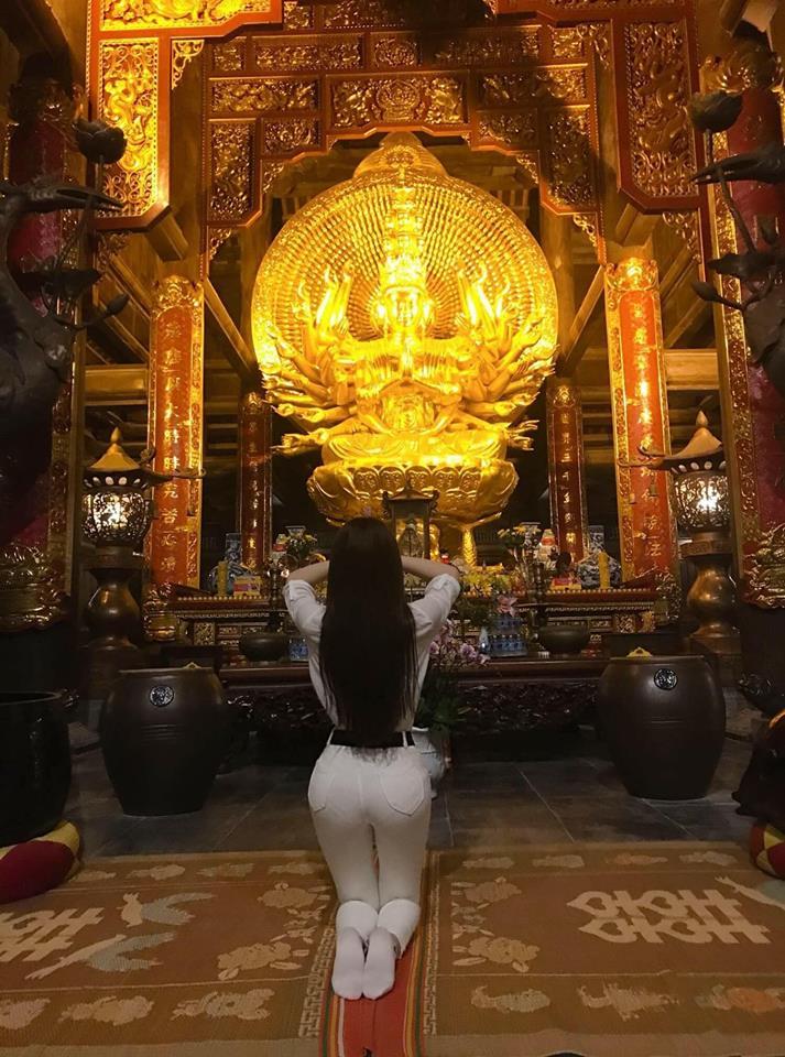 Nhìn lại loạt thời trang phản cảm của Thư Dung mỗi khi đi chùa 6