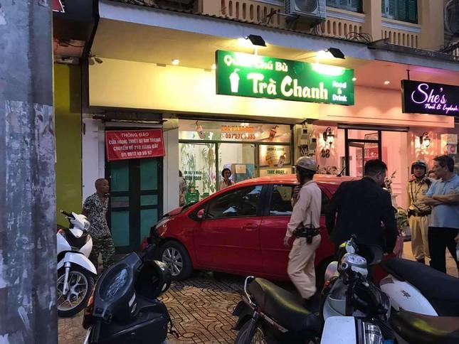 Nữ tài xế lao xe vào tiệm trà chanh, khách hàng hoảng loạn tháo chạy 2