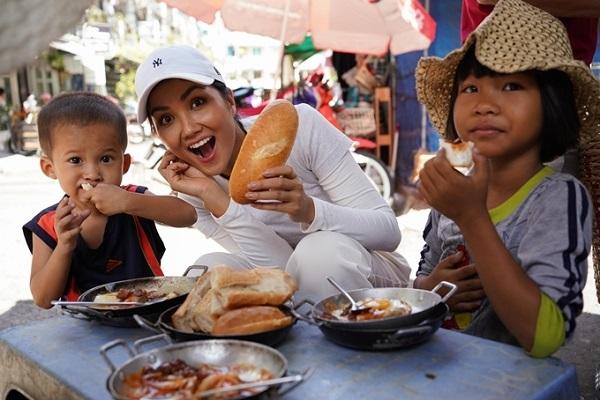 H'Hen Niê chiêu đãi trẻ em nghèo món ăn là niềm tự hào của Việt Nam 2