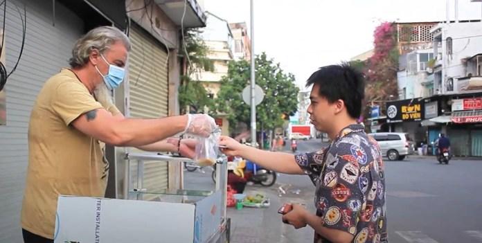 Kẹt ở Việt Nam vì dịch Covid-19, ông Tây Pháp mở luôn quán bánh chuối chiên, hứa đủ sống sẽ ở lại luôn 1