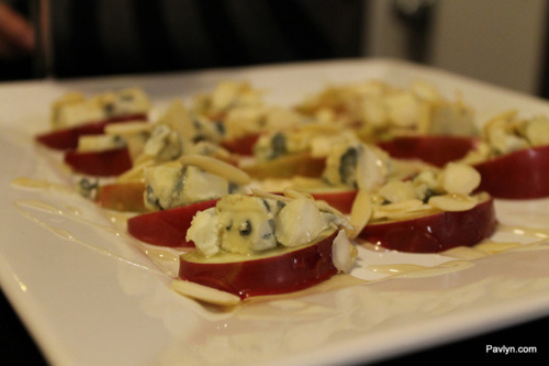 Delicious Appetizer_apple_bluecheese_almonds_honey_palvyn_party-appetizer
