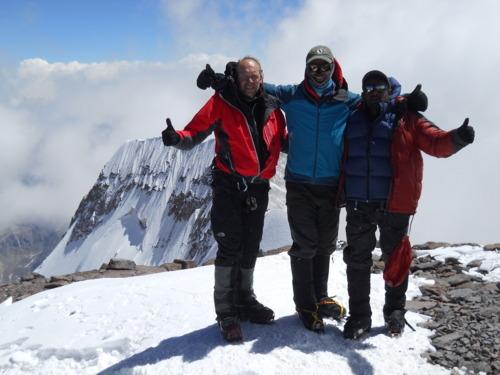 Cumbre del Aconcagua con Geoff (izq) yo y Ram (dr). Atras la imponente cara sur.