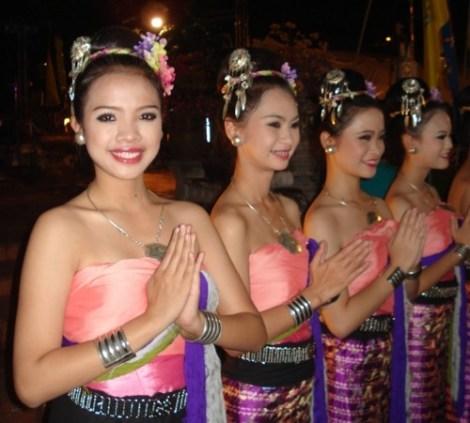 Jeune fille souriant à l'objectif - Bali, Indonésie