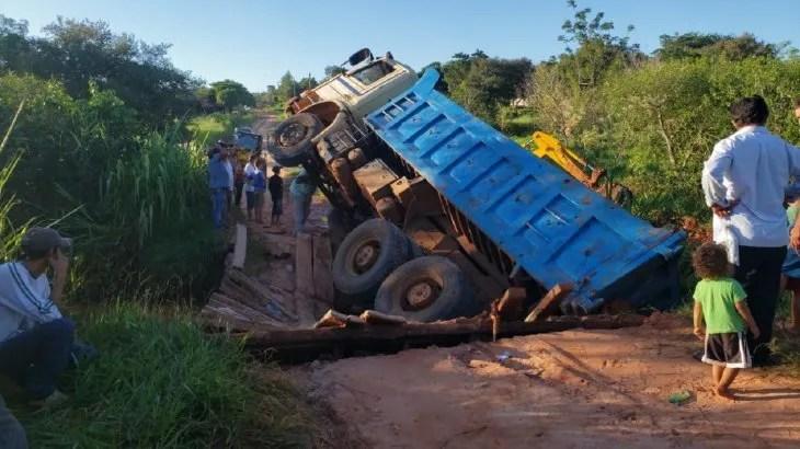El camión se precipitó a un arroyo tras desplomarse un puente.