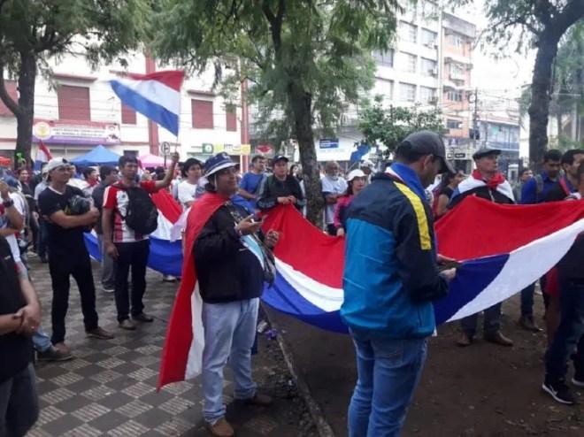 Los manifestantes critican a los integrantes del Senado.