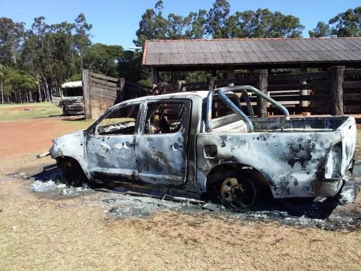 Una camioneta también fue quemada en la estancia.