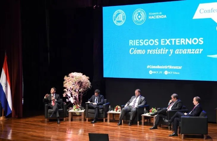Conferencia. El panel estuvo integrado por autoridades económicas y ex ministros locales.
