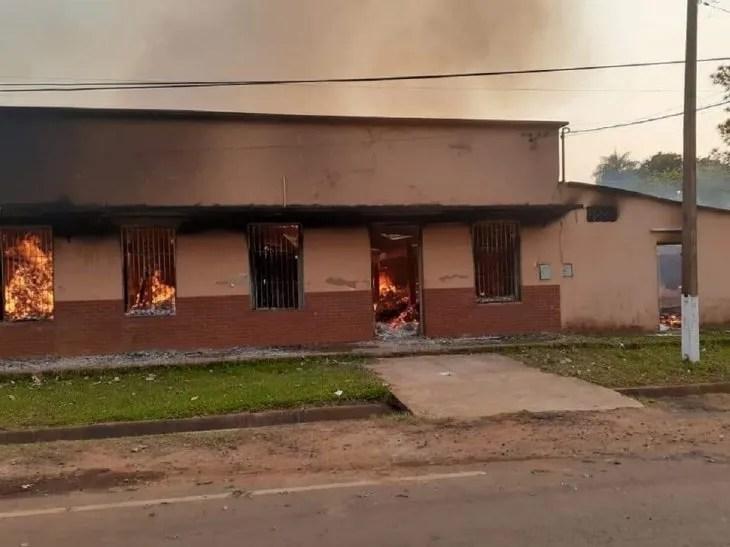 El fuego se inició aparentemente a raíz de un cortocircuito en el depósito.