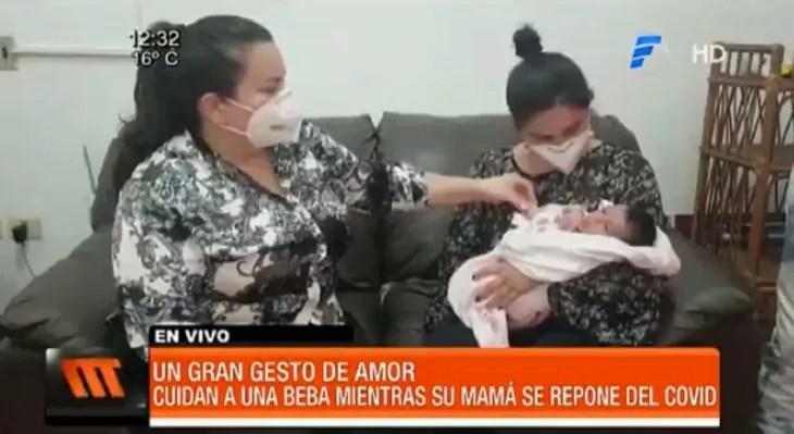 Las hermanas Lisboa ayudan con mucho amor a la bebé mientras su madre se repone del Covid-19.