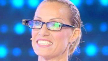 """Annalisa Minetti a """"Domenica Live"""": «Con questi occhiali speciali riesco a leggere e vedere»"""