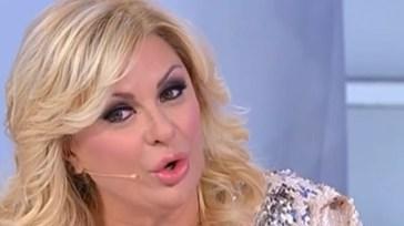 """""""Uomini e donne"""", il volo di Tina Cipollari: Gianni Sperti pubblica il video del momento imbarazzante"""