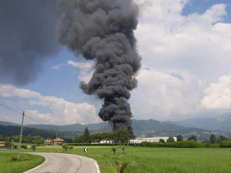 Nube di fumo nero da una fabbrica di vernici a Roletto: almeno due feriti