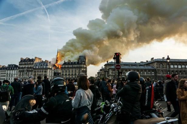 """Vaizdo rezultatas pagal užklausą """"notre dame fire people watching"""""""