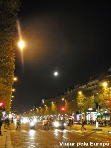 Passe pela Avenida Champs Elysees para comprar o seu ingresso e também para apreciar sua beleza ;)