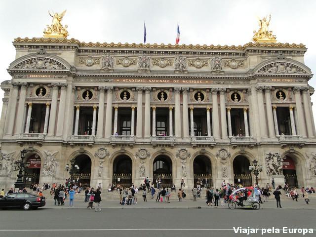 Frente da Academie Nationale de Musique. Vá para o lado esquerdo e chegará ao museu do Perfume Fragonard