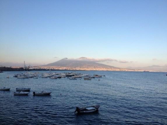 Vesúvio visto do Porto de Nápoles - Foto por: Gisele Almeida