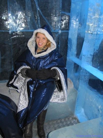 Pose para foto no banco de gelo do Icebar.