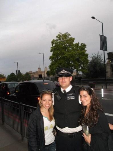 Gisele e Soraya com o Policial de Londres