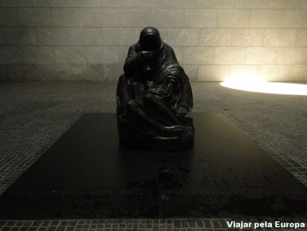 Interior do memorial pras vitimas da guerra