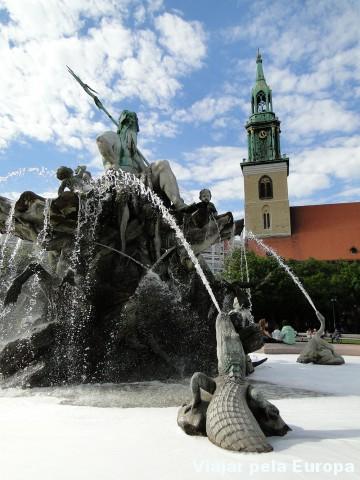 Fonte de Neptunbrunnen e Marienkirche
