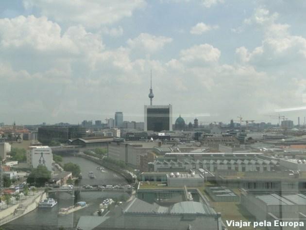 Ver Berlim do alto na cúpula do Reichstag o/