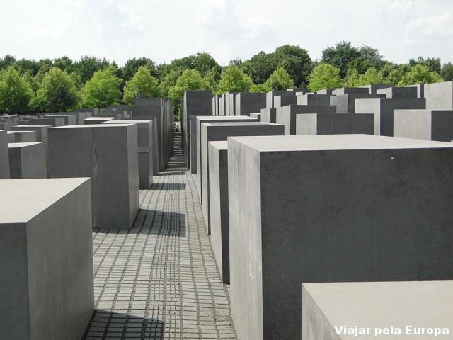 Perca-se entre os blocos do Holocaust Gedenkstätte