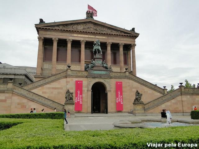 A entrada convidativa do Altes Museum