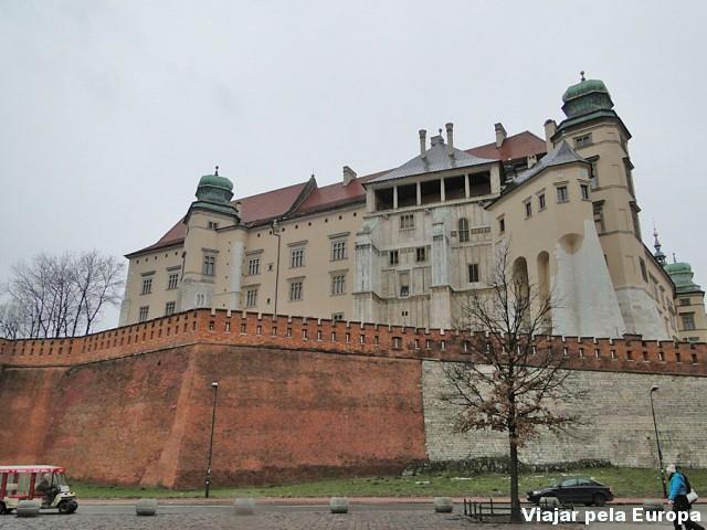 Castelo de Cracóvia visto de baixo
