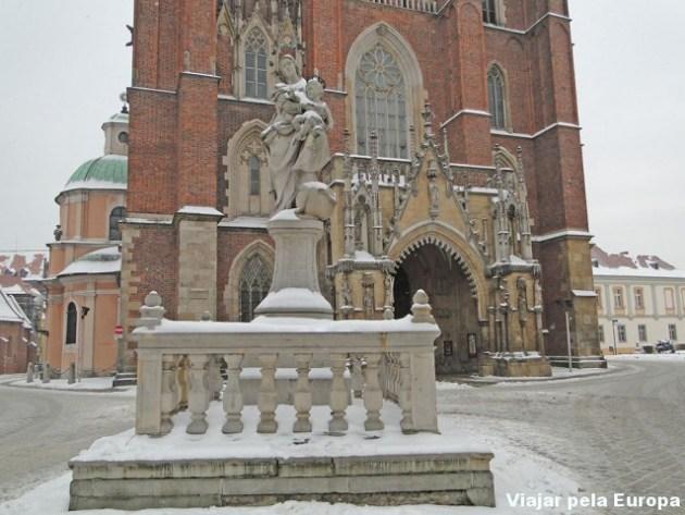 Monumento em frente a catedral