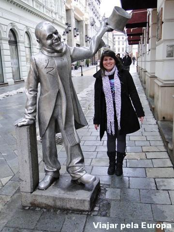 Eu interagindo com a estátua Schone Naci