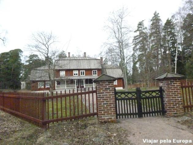 Museu e Parque Fölisön - Casa de madeira pintada imitando tijolo a vista.