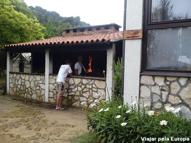 Restaurante de um lado e banheiro de outro... só na Croácia mesmo rsrs