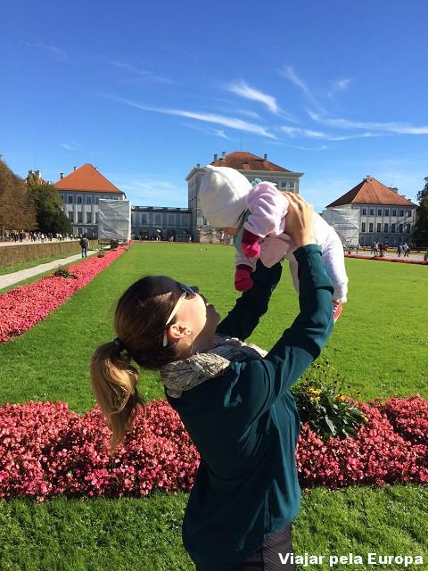 Nicole em sua primeira viagem. Nós no jardim do Nymphenburg Palace.